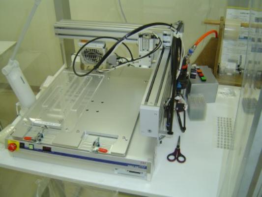 XYロボット貼付機 小物部品を吸着で吸い上げ 接着紙の上に貼付ていくロボット